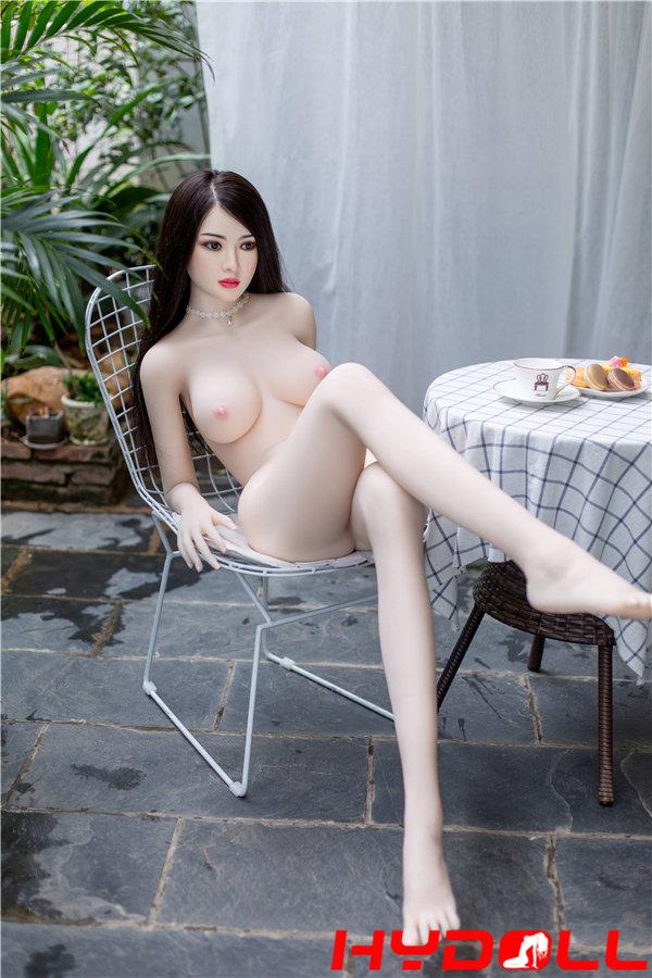 Vollbusige weibliche Puppe