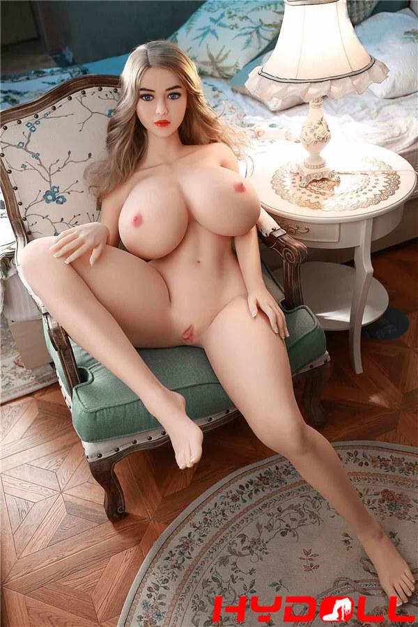 Sexpuppe mit großen Brustwarzen
